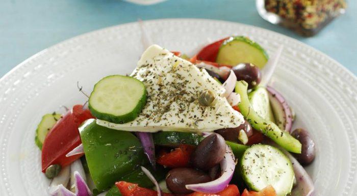 На фото Салат из свежих овощей с рассольным сыром