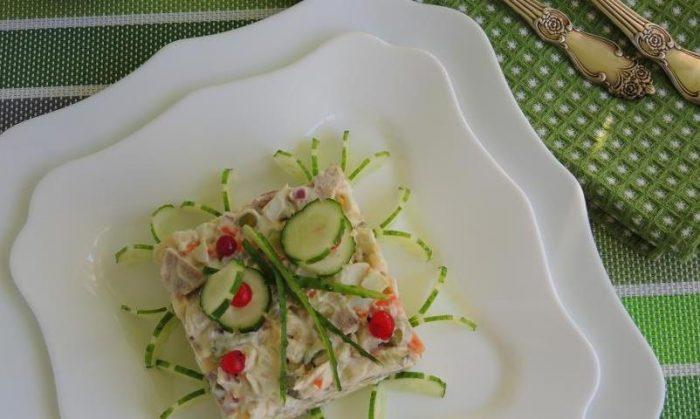На фото Столичный салат из куриных грудок и говяжьего языка