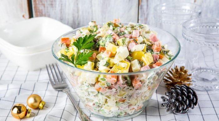На фото Классический салат Оливье с солеными огурцами
