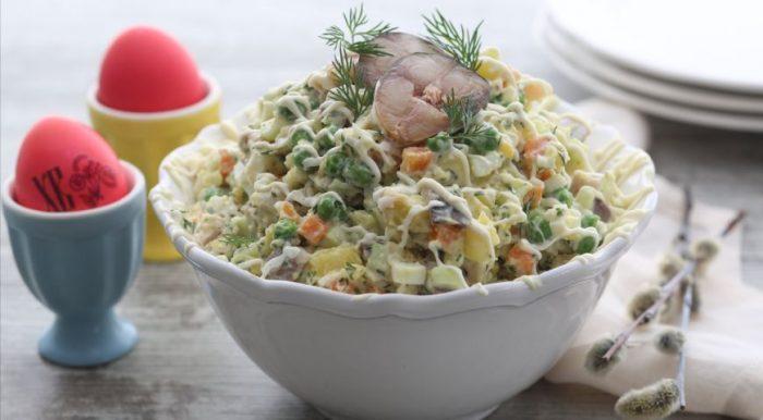 На фото Рыбный салат оливье (пошаговый вариант)