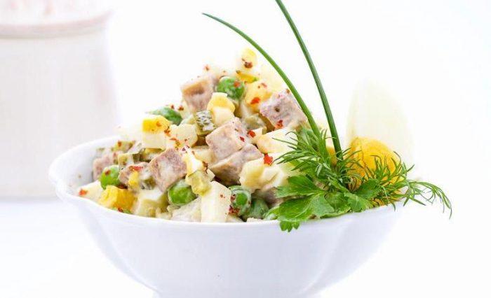 На фото Вкусный салат Оливье с огурцами