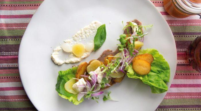 На фото Зимний салат с говяжьим языком