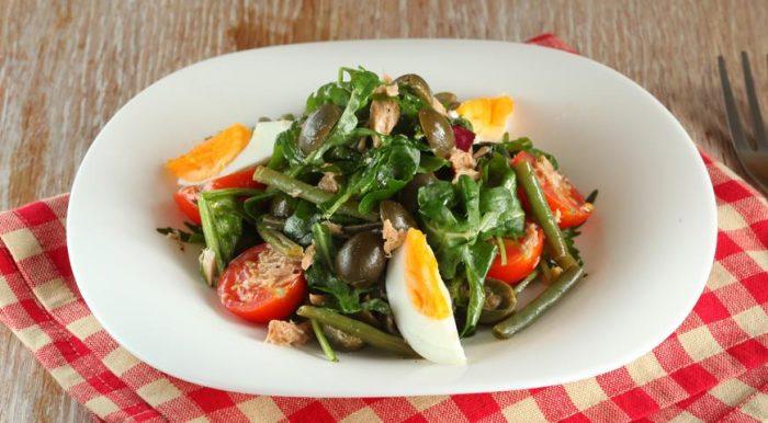 На фото Томатный салат из стручковой фасоли с тунцом