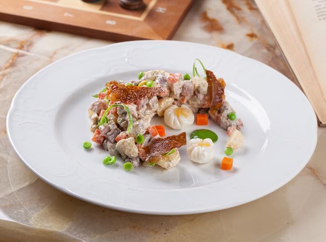На фото Салат «Столичный» с курицей и солеными огурцами