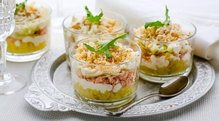 На фото Слоеный салат из консервированной горбуши