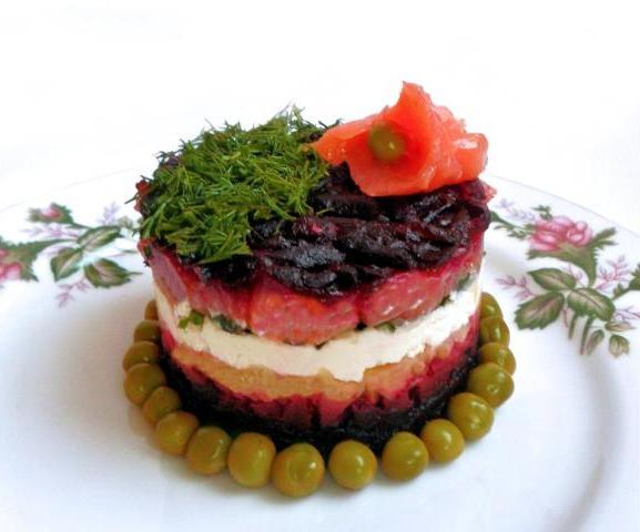 На фото Рыбный салат с лососем и творожным сыром