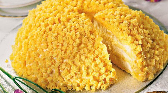 На фото Вкусный бисквитный торт «Мимоза»
