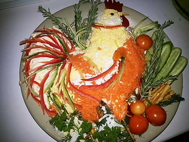 На фото Новогодний салат огненный петух