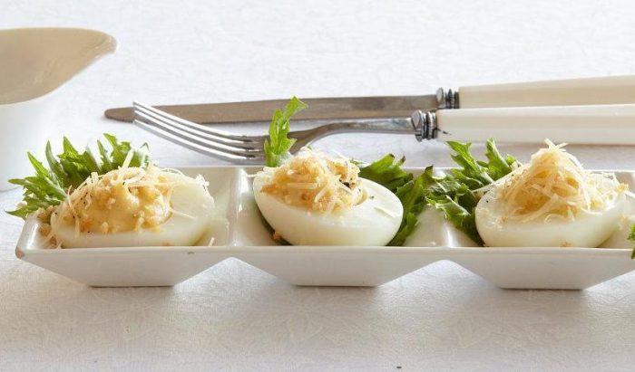 На фото Фаршированные домашние куриные яйца а-ля Цезарь