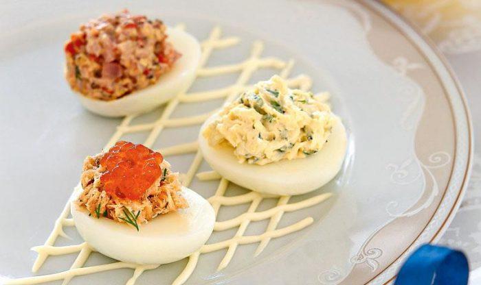 На фото Вкусные фаршированные яйца (разные варианты начинок)