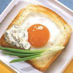 Горячий бутерброд с яйцом на сковороде в пикантном соусе