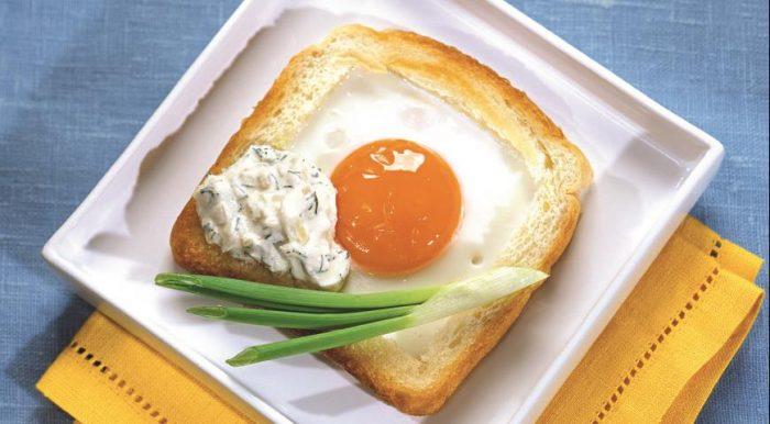 На фото Горячий бутерброд с яйцом на сковороде в пикантном соусе