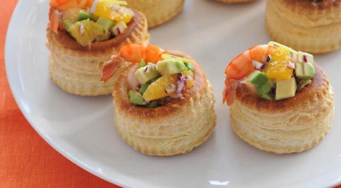 На фото Новогодний салат с креветками: «Коктейль с креветками и авокадо»