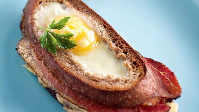 На фото Французский бутерброд «Крок-мадам»