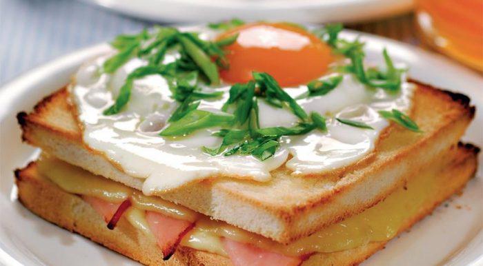 На фото Сэндвич «Крок-мадам»