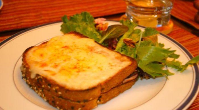На фото Сэндвич Крок-Месье (рецепт из фильма «Простые сложности»)