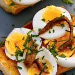 Кростини (бутерброд) с рыбой и яйцом