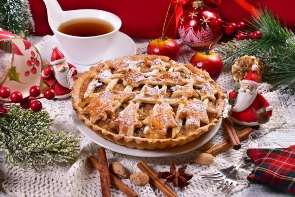 На фото Рождественский яблочный пирог