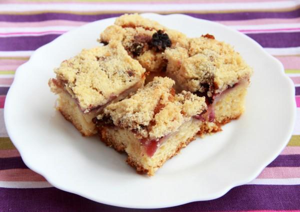 На фото Яблочный пирог с ежевикой и хрустящей крошкой