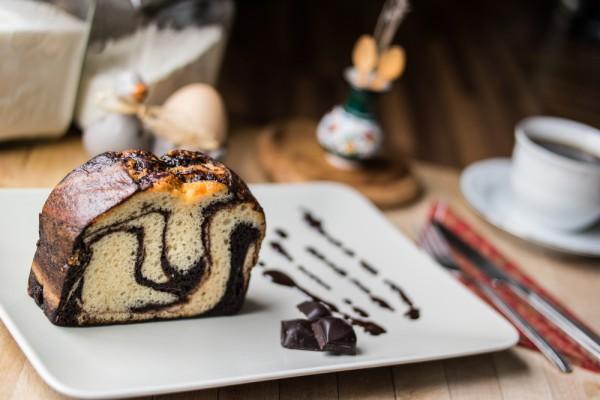 На фото Шоколадно-апельсиновый мраморный кекс