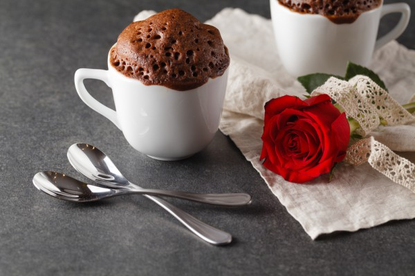 На фото Шоколадный кекс в кружке на День святого Валентина