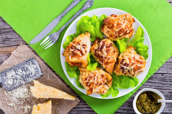 На фото Кармашки из куриного филе с ветчиной и сыром
