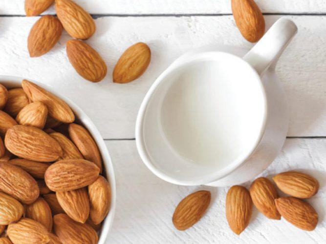 На фото Кулинарный тренд: миндальное молоко