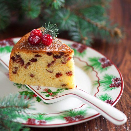На фото Рождественский кекс с клюквой в мультиварке