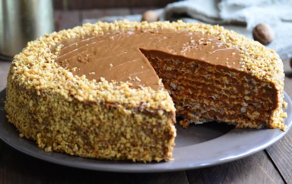 На фото Вафельный торт со сгущенкой и грецкими орехами