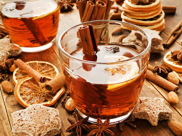 На фото Апельсиновый чай с имбирем и корицей