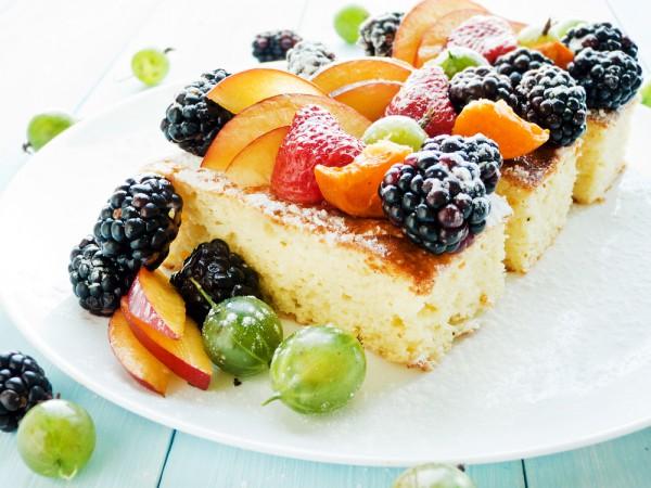 На фото Простой кокосовый пирог без масла и яиц