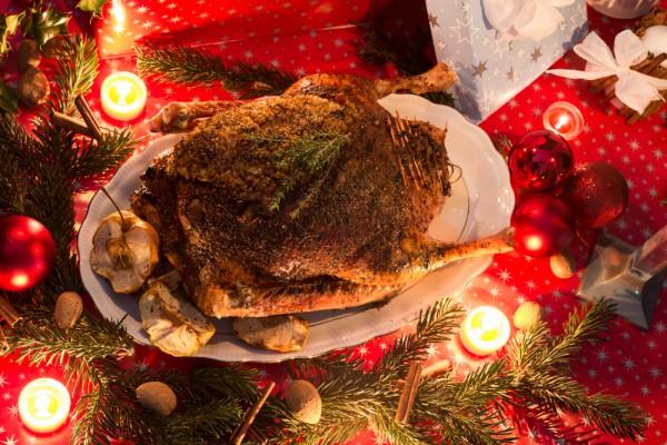 На фото Рождественский гусь с гречкой