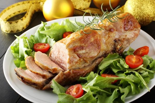 На фото Запеченная свиная вырезка с горчицей и медом