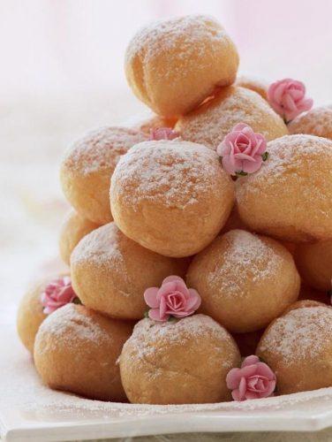 На фото Домашние творожные пончики в масле