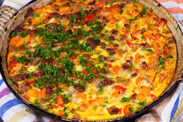 На фото Картофельная пицца с помидорами и беконом