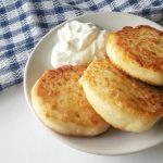 Простые сырники из творога на сковороде с манкой