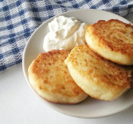 На фото Простые сырники из творога на сковороде с манкой