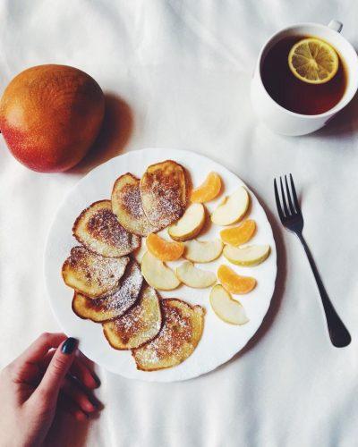 На фото Яблочно-банановые оладьи (быстро и вкусно)