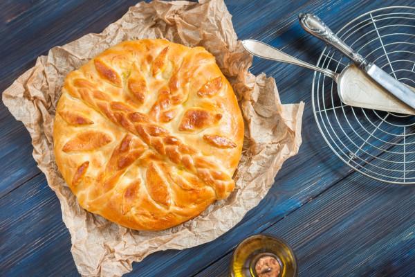 На фото Дрожжевой пирог с курицей