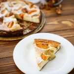 Творожная запеканка с консервированными абрикосами
