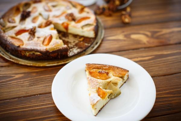 На фото Творожная запеканка с консервированными абрикосами