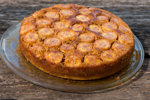 На фото Перевернутый пирог с бананами