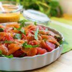 Салат на День Валентина с авокадо и лососем