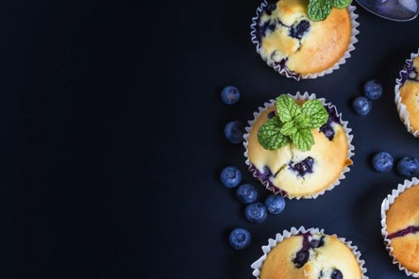 На фото Маффины с черникой и лимоном