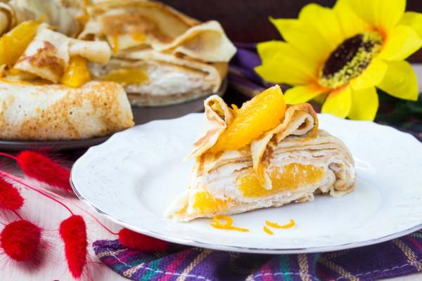На фото Блинный торт с апельсинами и сливочным кремом