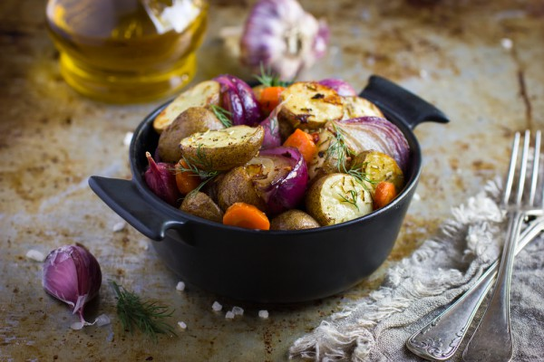 На фото Постный запеченный картофель в духовке