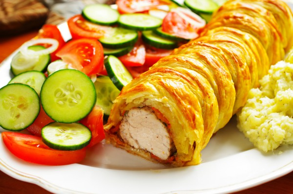 На фото Запеченное мясо в слоеном тесте