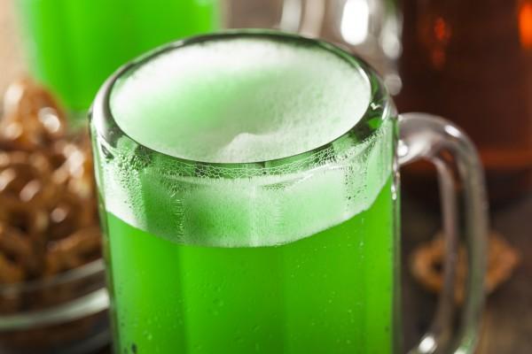 На фото Зеленое пиво