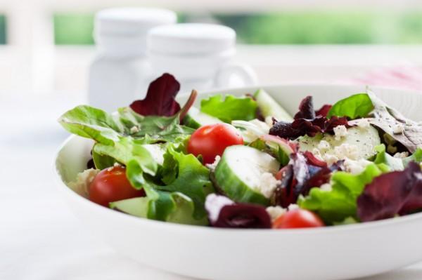 На фото Весенний салат из огурцов и помидоров с фетой