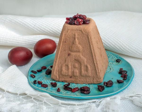 На фото Творожная пасха: рецепт с шоколадом и черносливом